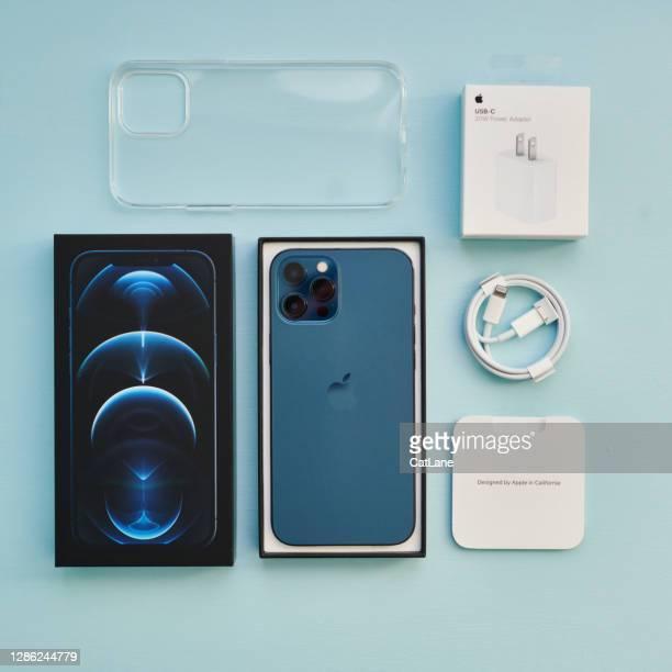 スタジオ設定でアクセサリーとパシフィックブルーのブランドの新しいiphone 12プロマックス - iphone 12 ストックフォトと画像