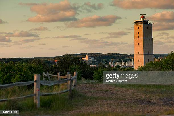 brandaris lighthouse from the west terschelling dunes, with dellewal harbour in the background. - merten snijders 個照片及圖片檔
