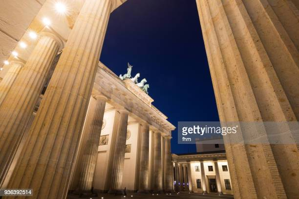 brandenburg gate and quadriga statue at blue hour (germany) - central berlin stock pictures, royalty-free photos & images