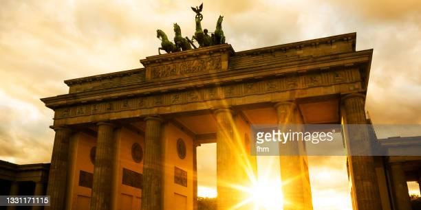 brandenburg gate at sunset (berlin, germany) - porta cittadina foto e immagini stock