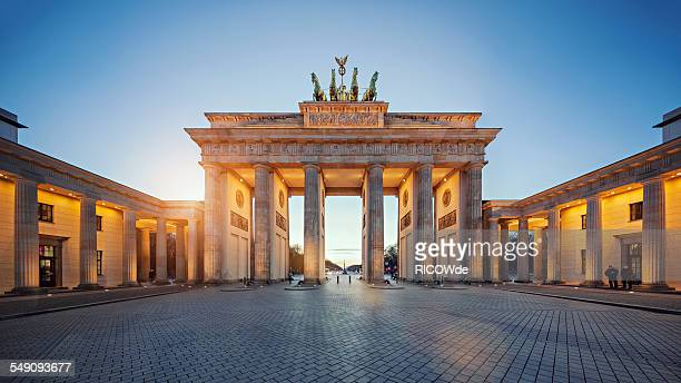 brandenburg gate at sunset - berlin stock-fotos und bilder