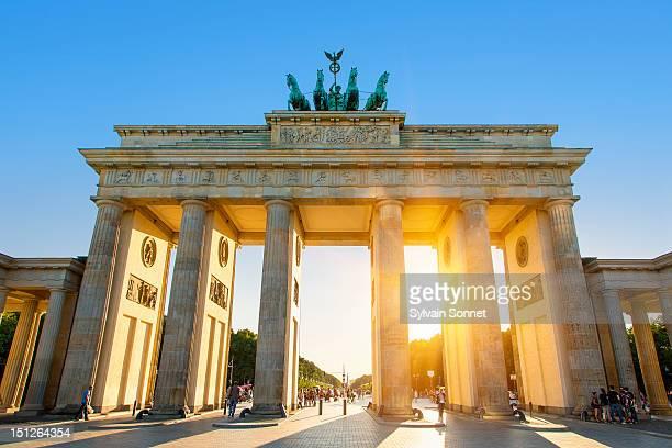 brandenburg gate, berlin, at sunset - berlijn stockfoto's en -beelden
