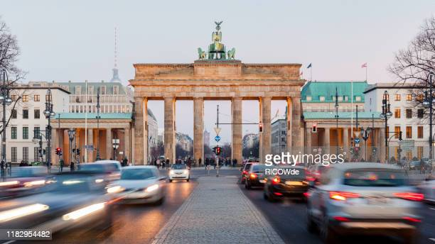 brandenburg gate - berlin germany - berlin stock-fotos und bilder