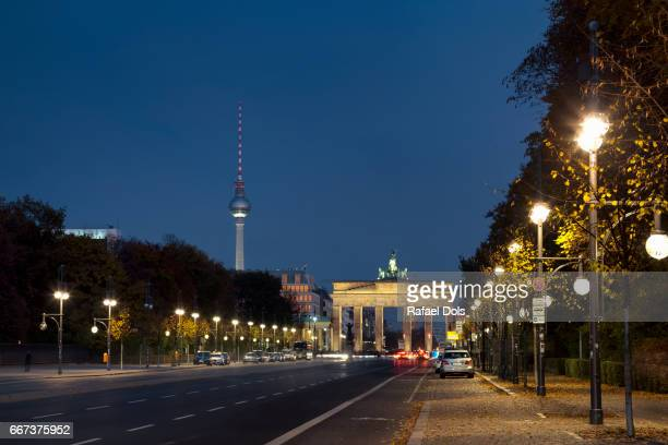 brandenburg gate (brandenburger tor) - berlin, germany - stadtsilhouette stock pictures, royalty-free photos & images
