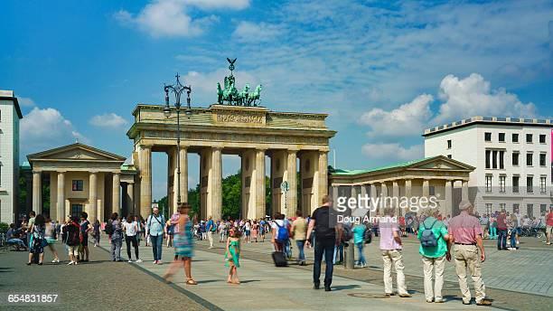 brandenburg gate, berlin - brandenburger tor stock-fotos und bilder