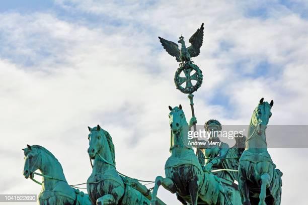 brandenburg gate, berlin quadriga, germany - denkmal stock-fotos und bilder