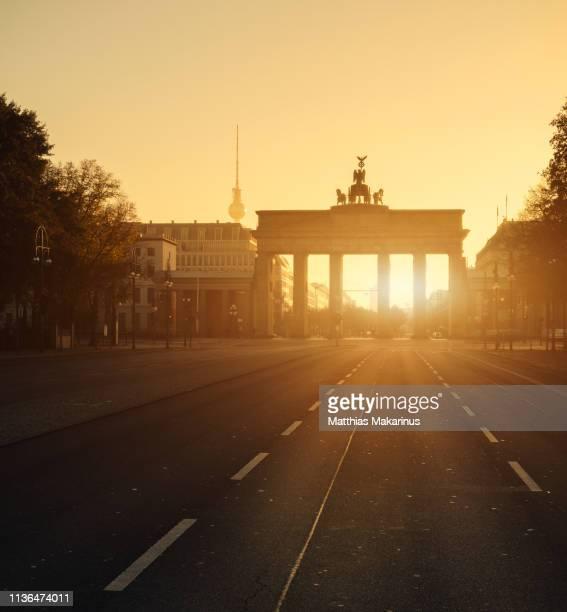 brandenburg gate berlin summer street panorama with sunset - brandenburger tor stock-fotos und bilder