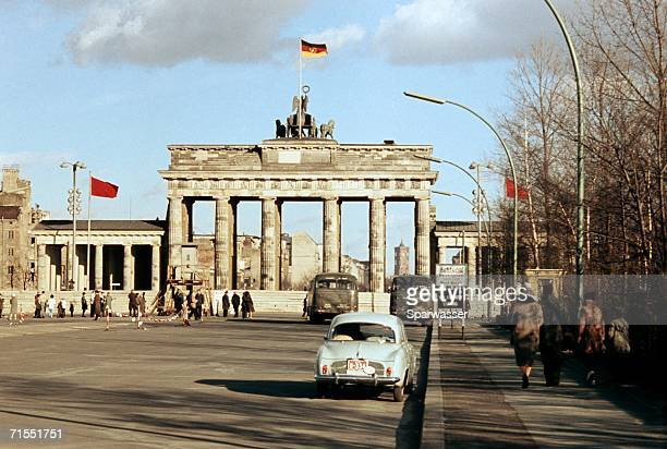 brandenburg gate closed during period of berlin wall, berlin, germany - berliner mauer stock-fotos und bilder