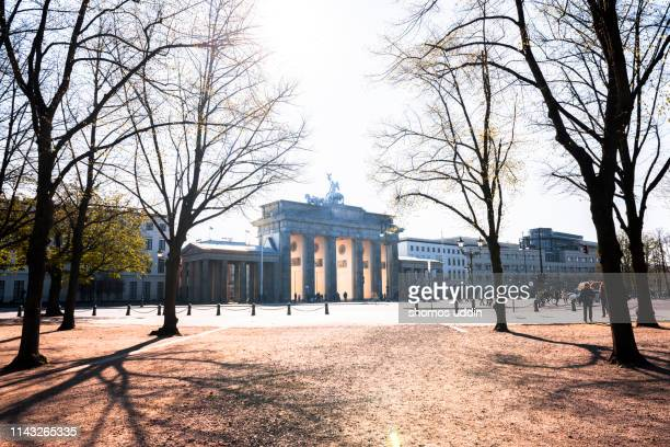 brandenburg gate - central berlin stock pictures, royalty-free photos & images