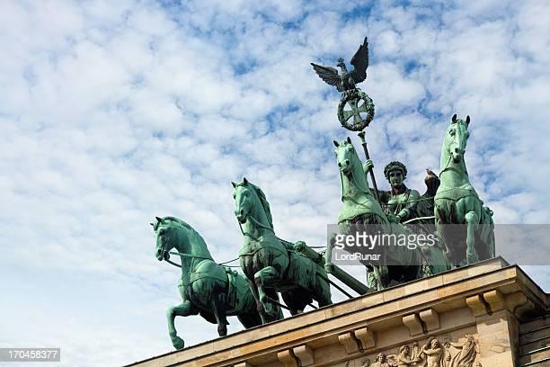 porta di brandeburgo-scultura - porta di brandenburgo foto e immagini stock