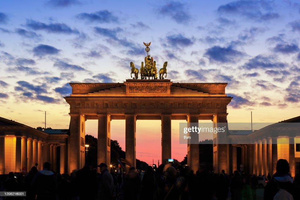 Brandenburger Tor (Brandenburg Gate) and Pariser Platz at sunset : ストックフォト