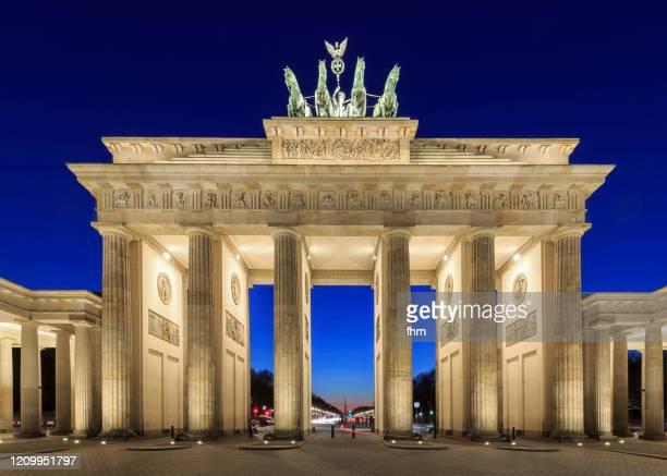 brandenburger tor (brandenburg gate) at blue hour (berlin, germany) - brandenburger tor stock-fotos und bilder