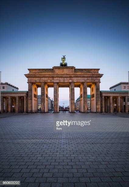 brandenburger tor at blue hour (brandenburg gate) - (berlin, germany) - brandenburger tor stock-fotos und bilder