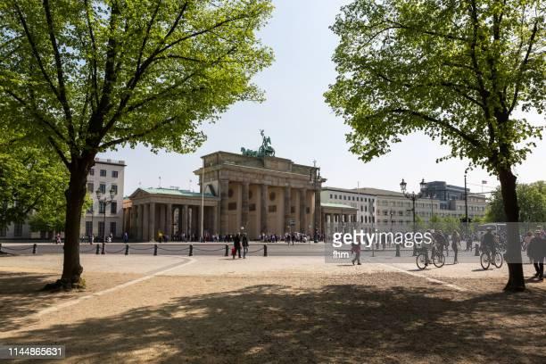 brandenburger tor (brandenburg gate) - (berlin, germany) - brandenburger tor stock-fotos und bilder