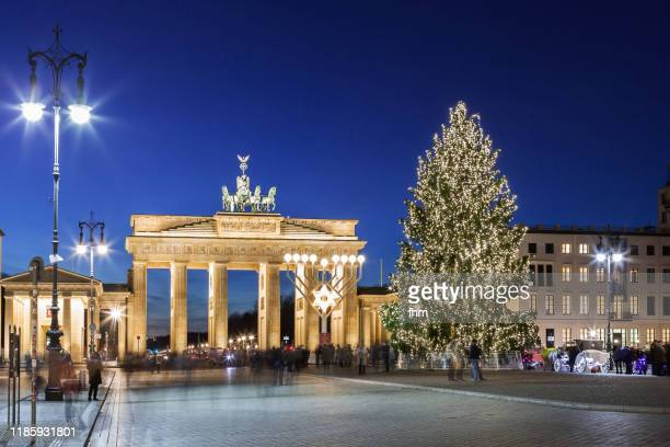 brandenburger tor (brandenburg gate) with christmas tree at blue hour (berlin, germany) - berlin stock pictures, royalty-free photos & images