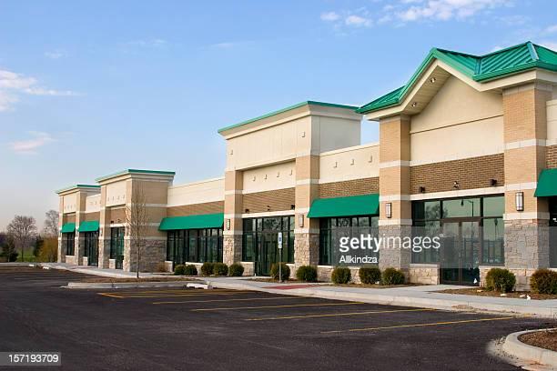 新しいストリップモールや郊外の駐車場