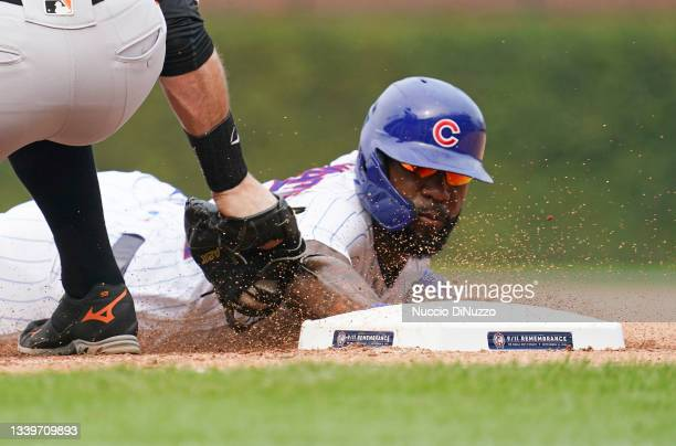 Brandon Belt of the San Francisco Giants tried to pick off Jason Heyward of the Chicago Cubs during the fourth inning of a game at Wrigley Field on...