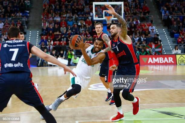 Brandon Davies #0 of Zalgiris Kaunas competes with Vincent Poirier #17 of Baskonia Vitoria Gasteiz during the 2017/2018 Turkish Airlines EuroLeague...