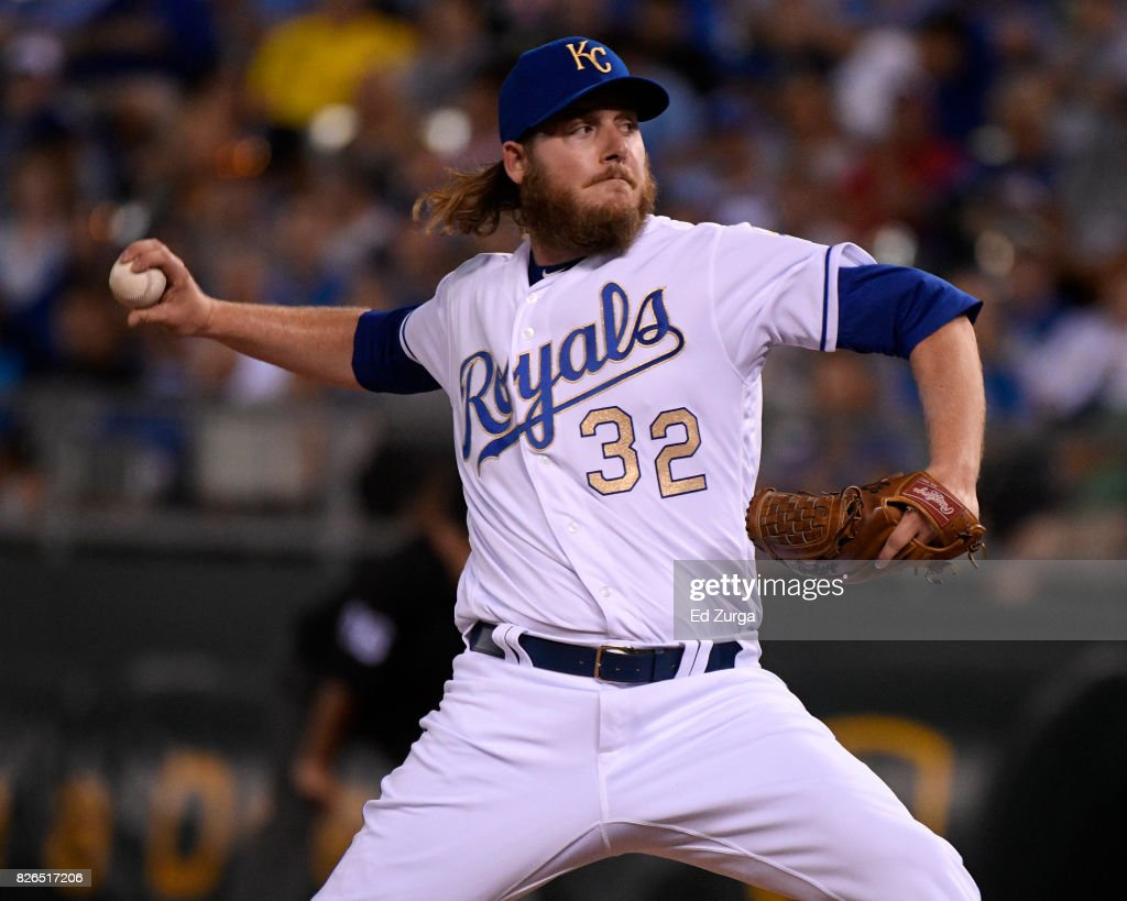 Brandon Maurer #32 of the Kansas City Royals throws in the eighth inning against the Seattle Mariners at Kauffman Stadium on August 4, 2017 in Kansas City, Missouri.
