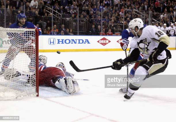 Brandon Sutter of the Pittsburgh Penguins shoots the puck past Henrik Lundqvist of the New York Rangers for a second period short handed goal during...
