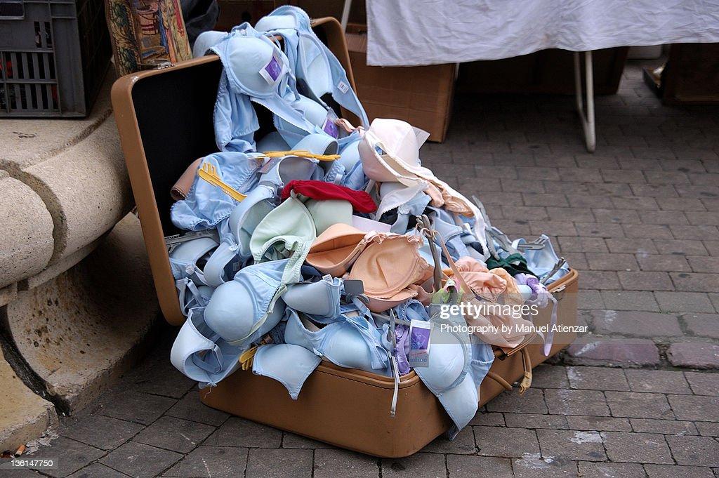Bra's in suitcase on street market : Stockfoto