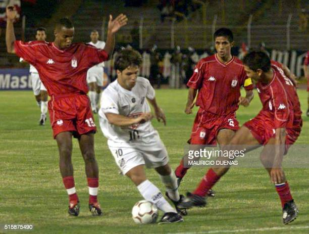 Brasil Diego of Santos from Brazil tries to avoid Ruben Busto and Pablo Navarro of the America from Cali Colombia 05 Febuary 2003 during a game of...