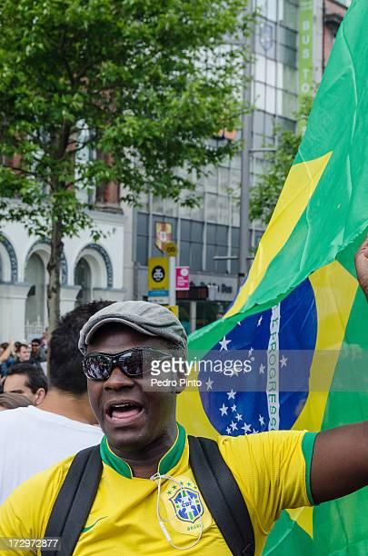 Brasileiros moradores de Dublin, Irlanda, apoiando as ondas de protestos no Brasil, através de uma manifestação pacífica. Cerca de 2 mil brasileiros...