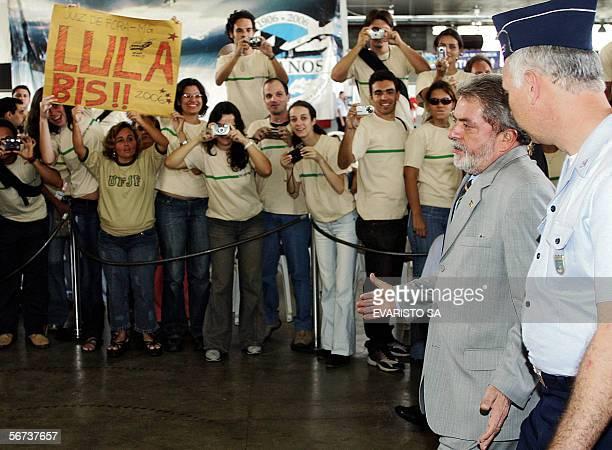 El presidente de Brasil Luiz Inacio Lula da Silva llega a Base Aerea de Brasilia para la ceremonia de embarque de los universitarios que participan...