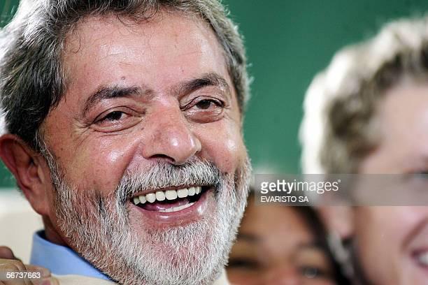 El presidente de Brasil Luiz Inacio Lula da Silva sonrie durante la ceremonia de embarque de los universitarios que participan del Proyecto Rondon el...