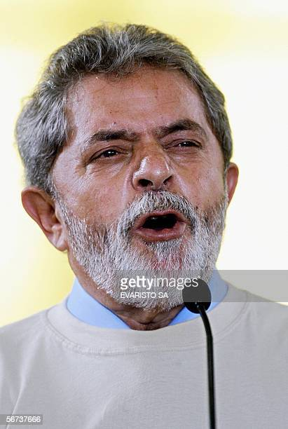 El presidente de Brasil Luiz Inacio Lula da Silva pronuncia un discurso durante la ceremonia de embarque de los universitarios que participan del...