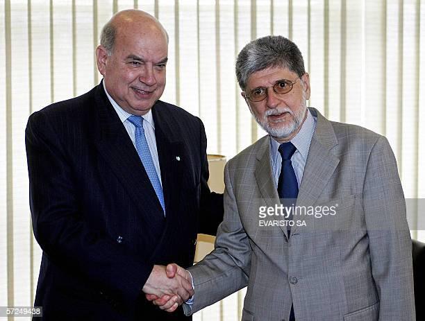 El secretario general de la Organizacion de los Estados Americanos Jose Miguel Insulza y el canciller de Brasil Celso Amorim se saludan durante un...