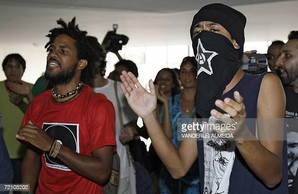 Estudiantes brasilenos y mexicanos de la Red de Solidaridad con los Zapatistas se manifiestan contra la visita a Brasil del presidente electo de...