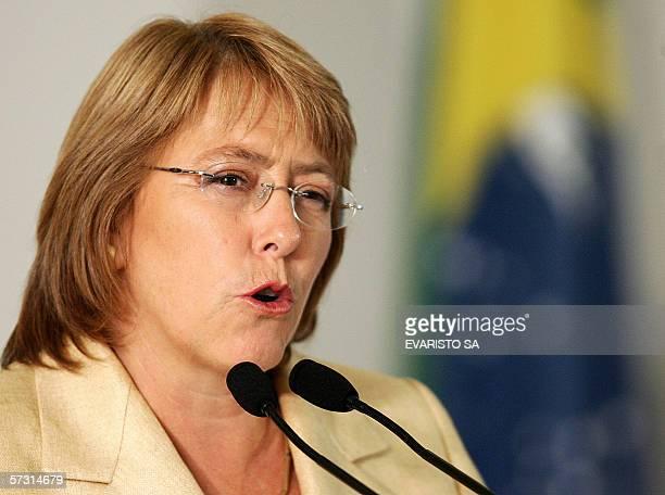 La presidenta de Chile Michelle Bachelet brinda un discurso durante una ceremonia de firma de acuerdos bilaterales en el Palacio Planalto de Brasilia...