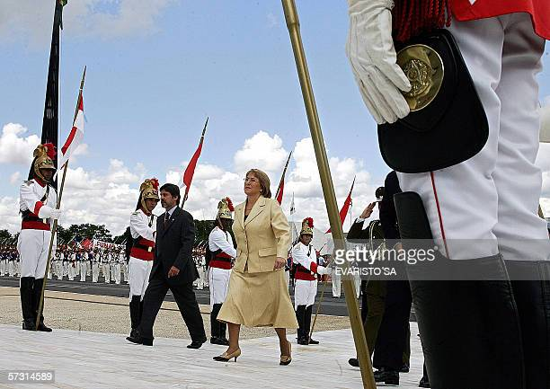 La presidenta de Chile, Michelle Bachelet pasa en revista a la guardia de honor al llegar al Palacio Planalto en Brasilia, el 11 de abril de 2006....