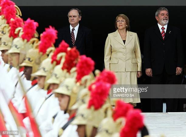 La presidenta de Chile Michelle Bachelet , su homologo brasileno Luiz Inacio Lula da Silva y el canciller chileno Alejandro Foxley , participan de la...