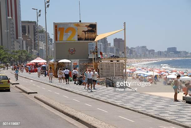 Brasilianer und Brasilianerinnen am Strand Copacabana Rio de Janeiro Brasilien Südamerika Skyline Meer Reise NB DIG ProdNr 329/2007