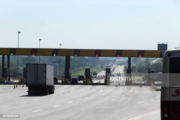Brasilien wenige Monate vor der Fussball WM Alltag in Sao Paolo Bauarbeiten Maut Stelle Gebaeude Strasse Verkehr Autos Strassenverkehr Energie Strom...