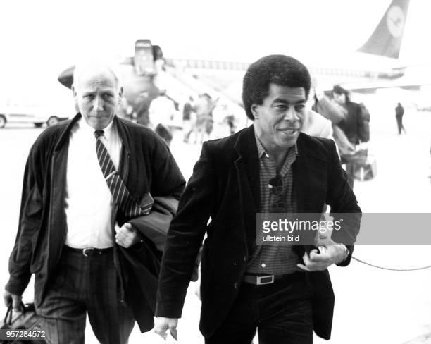 Brasiliens FußballWeltstar Jairzinho trifft im März 1990 auf dem Flughafen in DresdenKlotzsche ein Der Rechtsaußen des brasilianischen...
