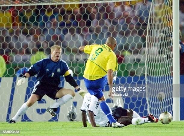 FußballWM 2002 Finale in Yokohama 2 Brasiliens Ronaldo schießt das 20 vorbei an Gerald Asamoah und Torhüter Oliver Kahn 3062002
