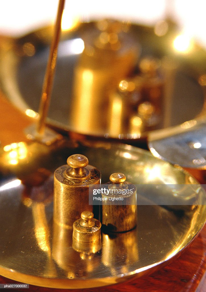 Brass weights on scales, close-up : Stockfoto