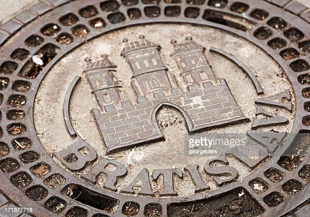 bratislava histórico de poço de limpeza abrange - eslováquia imagens e fotografias de stock
