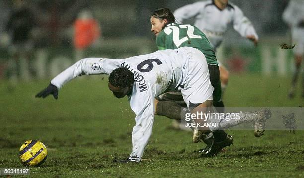 Ales Urbanek of Artmedia Bratislava vies with Beny McCarthy of FC Porto during their Champion's League football match in Bratislava 06 December 2005...