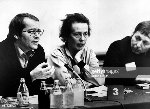 Braun Volker Schriftsteller Dramatiker D mit Ruth Berghaus am Rande des Friedenstreffens der Schriftsteller in Berlin/DDR Dezember 1981
