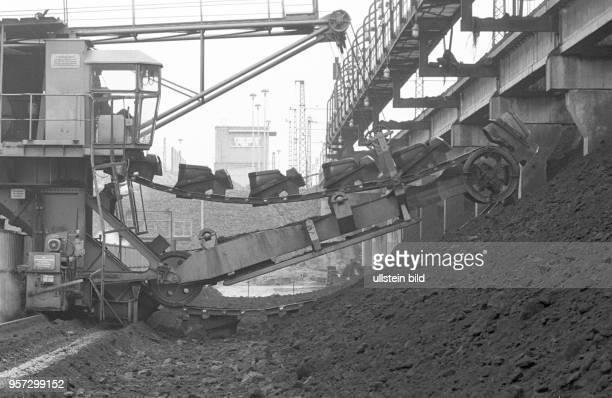 Braunkohlenlager in der Brikettfabrik Sonne in Freienhufen Kreis Senftenberg undatiertes Foto von 1981 Die Rohbraunkohle kam aus den benachbarten...