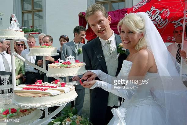 Braut Alexandra Geiger Bräutigam Dietmar Geiger Hochzeit Meßkirch Sängerin Hochzeitskleid Schleier HochzeitsTorte anschneiden Ehefrau