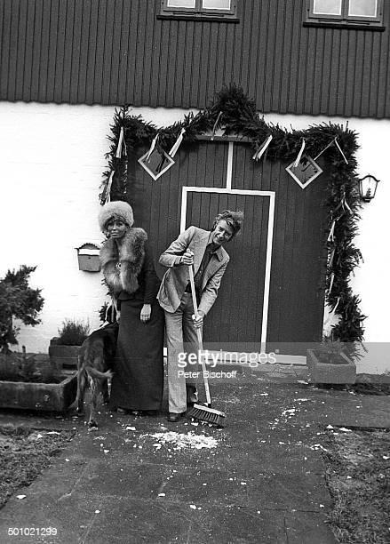 Braut Anke Kesselaar Bräutigam Rudi Carrell IrishSetter Scherben fegen nach Polterabend Scholen Landkreis Diepholz Deutschland Hochzeit Heirat...