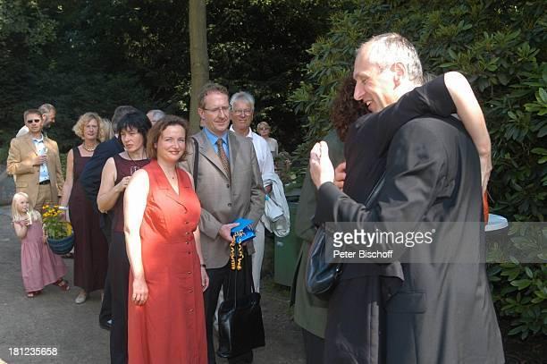 Braut H e i k e G ö t z Bräutigam Detlef Lafrentz umarmen jeweils Hochzeitsgäste Begrüßung der Gäste GratulationsDefilee gratulieren Gratulation zur...