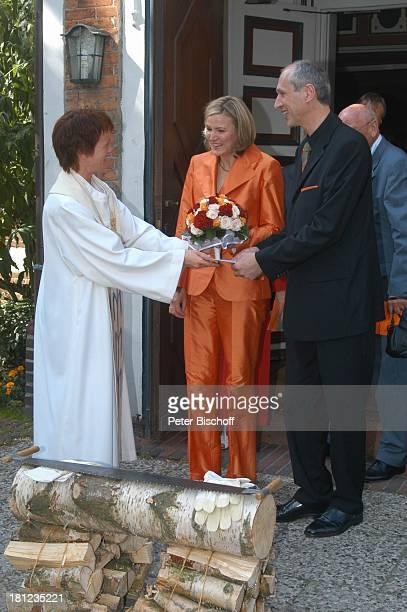Braut Heike Götz Bräutigam Detlef Lafrentz li daneben Pastorin Hochzeit von Heike Götz und Detlef Lafrentz vor der EvangelischLutherischen...