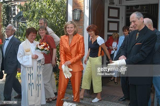 Braut Heike Götz Bräutigam Detlef Lafrentz li daneben Pastorin Hochzeitsgäste Hochzeit von Heike Götz und Detlef Lafrentz vor der...