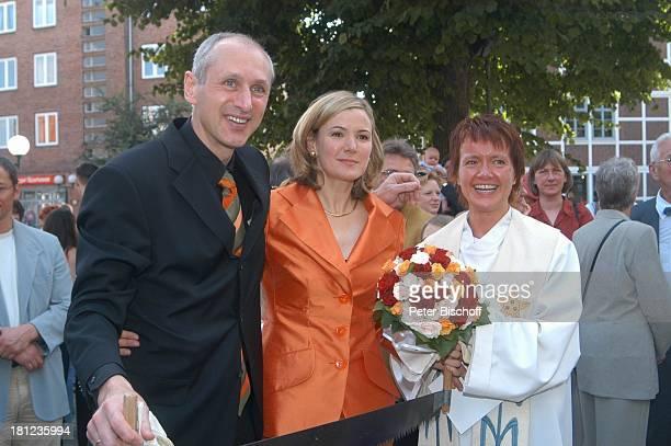Braut Heike Götz Bräutigam Detlef Lafrentz Pastorin dahinter Hochzeitsgäste Hochzeit von Heike Götz und Detlef Lafrentz vor der E v a n g e l i s c...